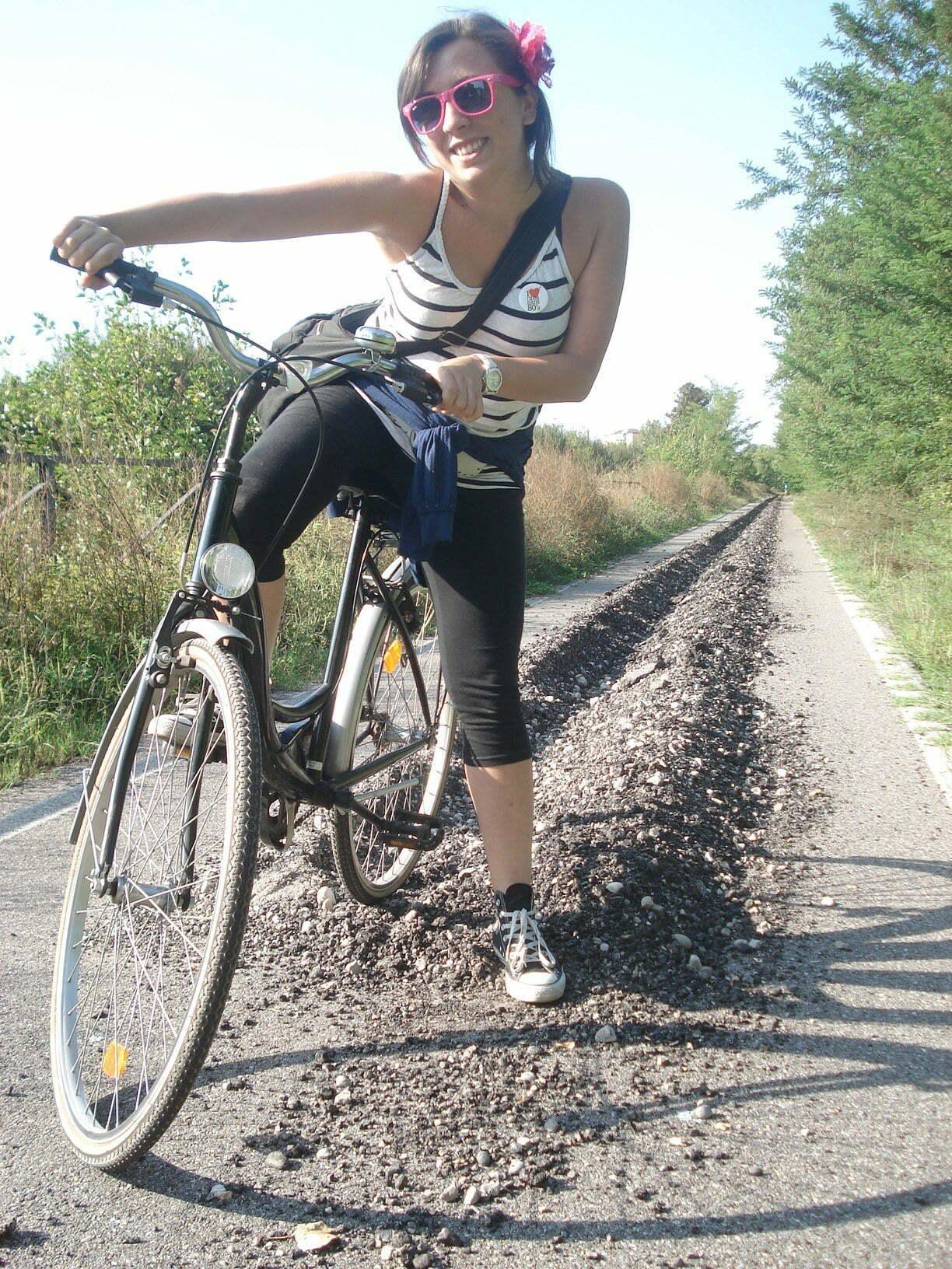 Countrygirl in bicicletta