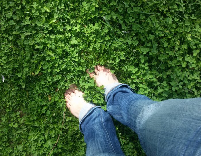 A piedi nudi nel parco – Cos'è l'Earthing
